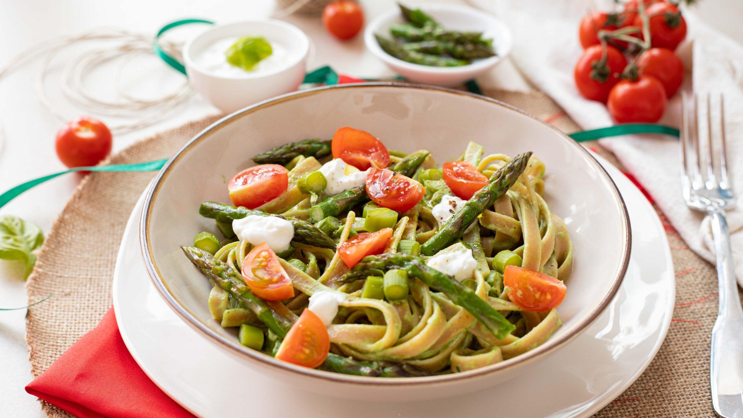 Linguine agli asparagi e crema di basilico