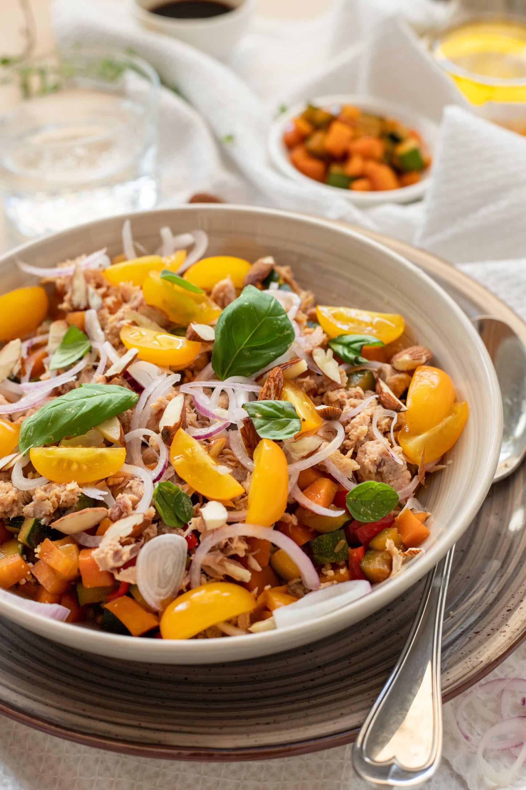 Cous cous integrale con tonno e verdure estive alla salsa di soia